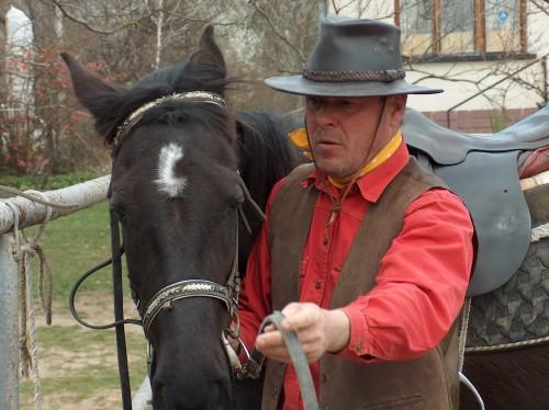 Треньорът на базата се разбира идеално с кротките обучени коне